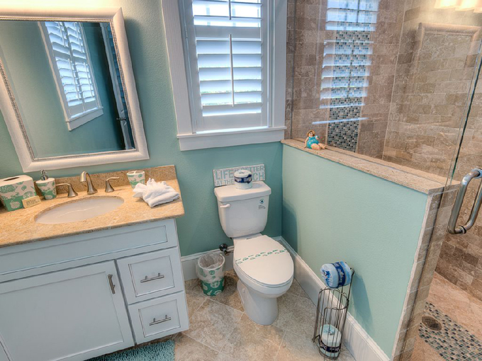 Aqua cove anna maria island florida house of turquoise for Florida bathroom ideas