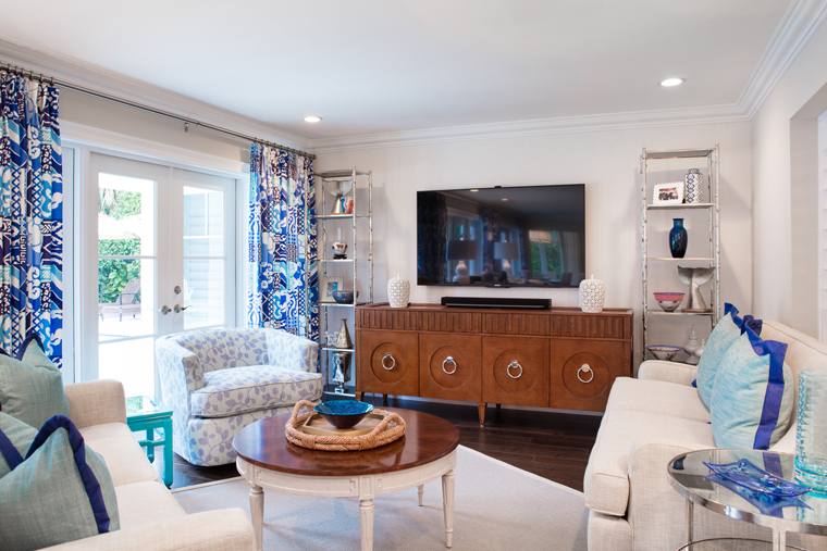 The Beach In Boca Raton This Early 1950 S Colonial Goes To Show You Really Can T Go Wrong With Blue And White Mother Daughter Interior Designers